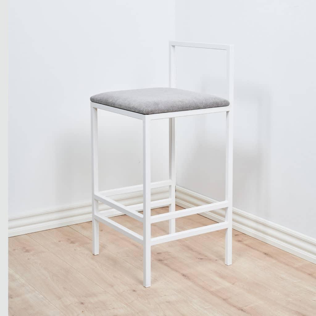 Skandinaavistyylinen baarituoli harmaalla istuimella