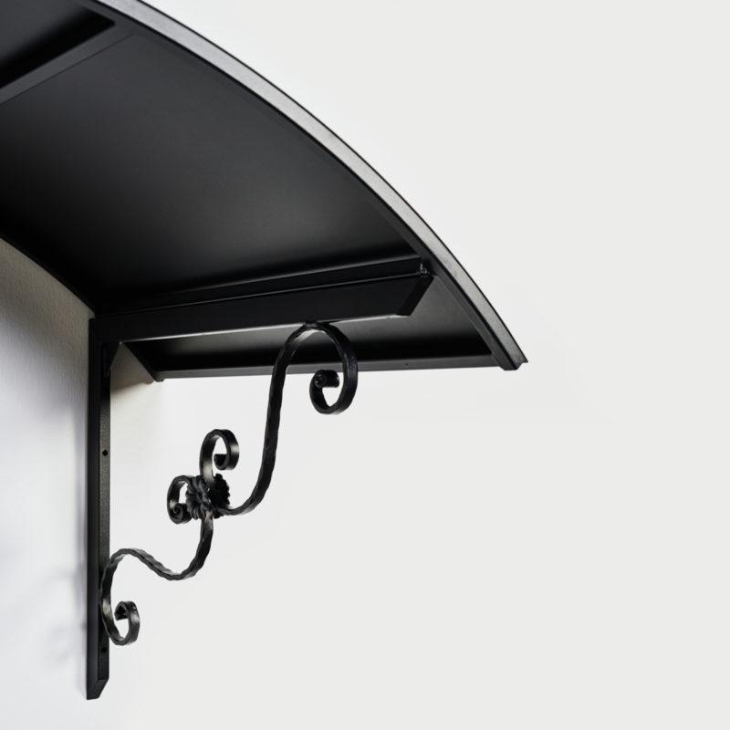 Musta ovilippa on mallistaa kaareva ja koristeellinen.