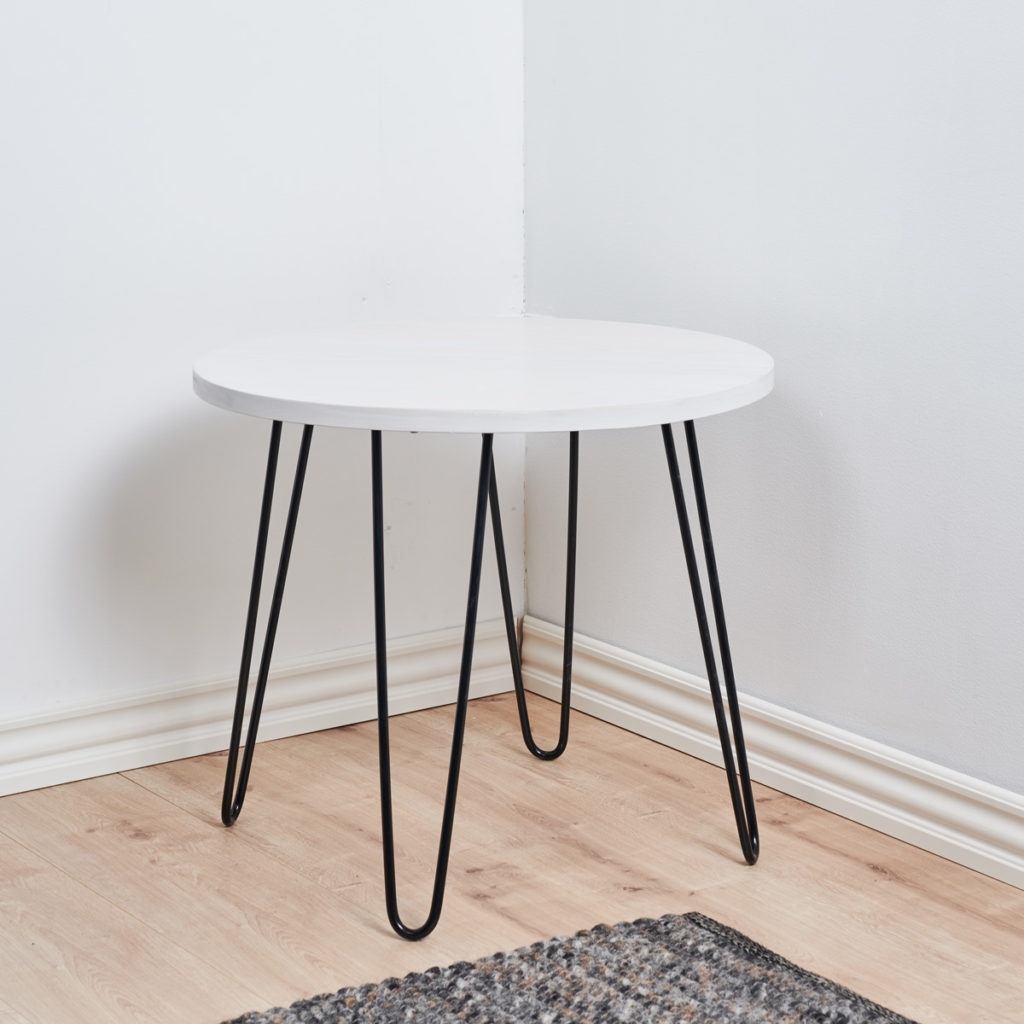 Pinnijalkapöytä mustilla pinnijaloilla.