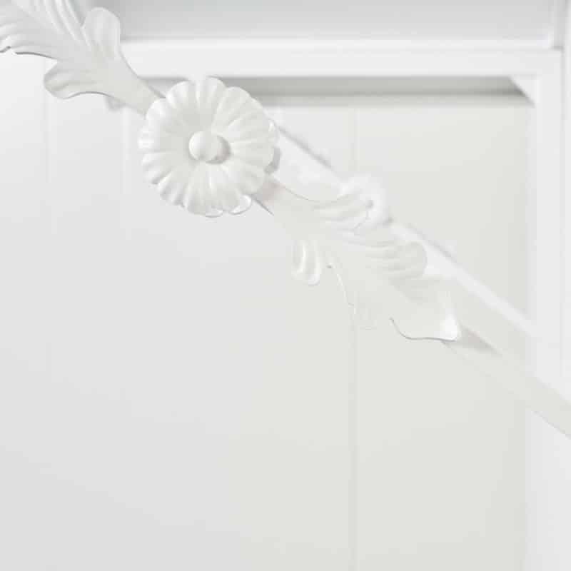 Valkoinen kaareva ovikatos on valmistettu paikassa Suomi, Tampere.